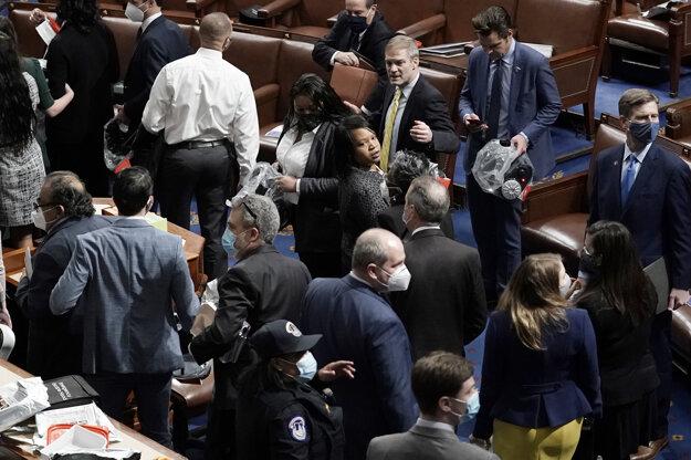 Budovu Kapitolu uzavreli z bezpečnostných dôvodov a kongresmanov z nej začali evakuovať.