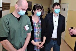 Nový riaditeľ nemocnice v Nových Zámkoch Marian Viskup (vpravo), Alena Tamaškovičová – zástupca riaditeľa pre vnútornú správu (v strede) a Karol Hajnovič – zástupca riaditeľa pre medicínsky úsek (vľavo).