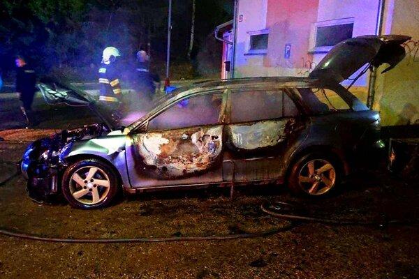 Podpálené auto v Čadci zhorelo do tla
