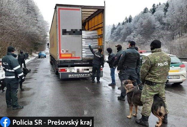 Policajti kamión odstavili na kraji cesty.