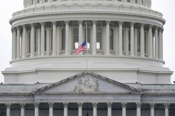 Vlajka na pol žrde na Kapitole, sídle Kongresu.