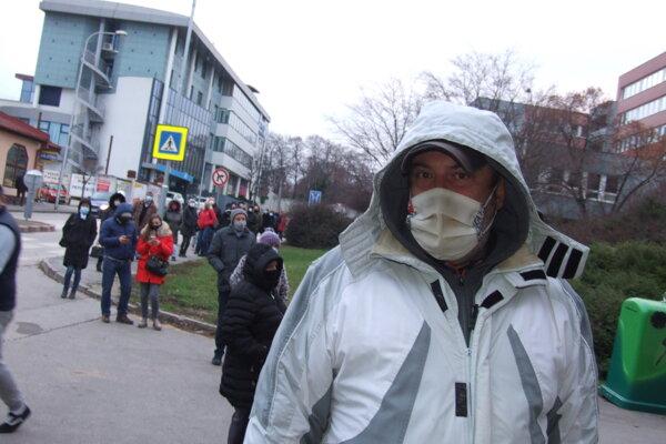 Miloš Kocúr sa postavil do radu už o 14. hodine. Stál v ňom ešte o šestnástej.