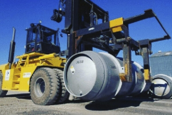 Vysokozdvižný vozík nesie sud s fluoridom uránovým, ktorý sa používa v procese obohacovania uránu. Irán začal obohacovať urán na úroveň 20 percent.