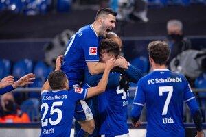Radosť hráčov Schalke 04, uprostred autor hetriku Matthew Hoppe.