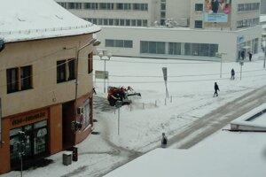 Odhŕňanie snehu v Leviciach.