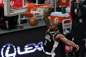 Americký basketbalista Kawhi Leonard smečuje.