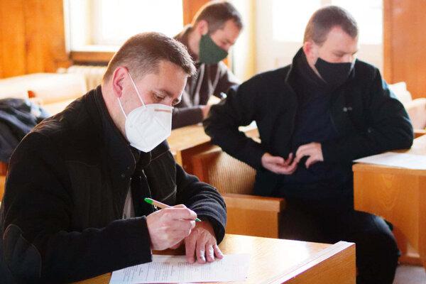 Duchovní nastupujú ako dobrovoľníci do nemocníc.