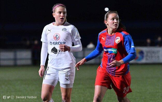 Bieliková (vľavo) počas zápasu najvyššej ženskej súťaže v Česku.