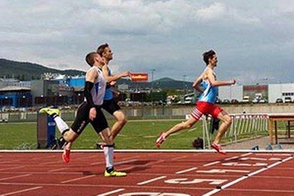 V cieli 400 m bol prvý Danáč (vpravo), lanský víťaz Privalinec (vľavo) dobehol za ním.