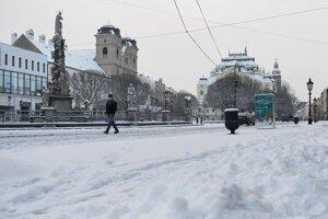 Zasnežená Hlavná ulica v Košiciach.