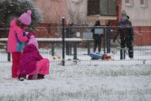 Deti sa hrajú v snehu na žilinskom sídlisku Vlčince.