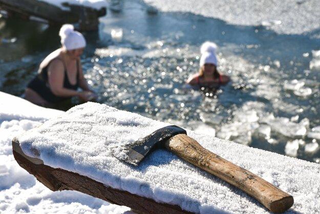 Členovia klubu Piargských ľadových medveďov počas otužovania na Vindšachtskom jazere v obci Štiavnické Bane.