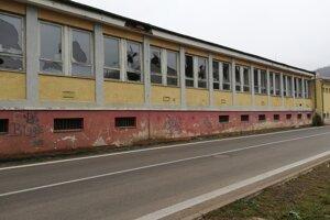 Zničená budova bývalej jedálne v Detve.