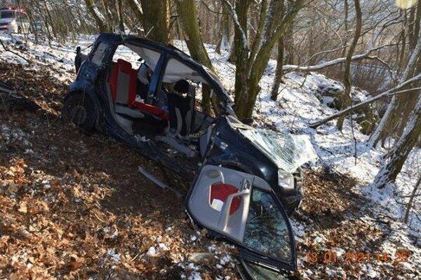 Havária pri ktorej skončilo vozidlo v strome si vyžiadala aj ťažké zranenie.