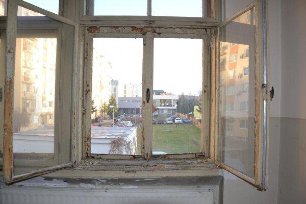 Výhľad z okna židovskej školy smerom do centra.