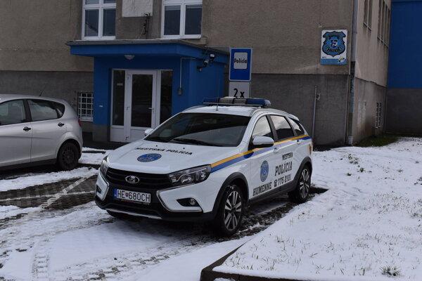 Humenskú mestskú políciu v časoch pandémie nového koronavírusu kváril nedostatok policajtov.