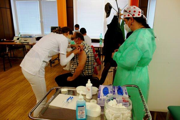 V martinskej nemocnici plánujú v najbližších dňoch očkovať 500 zdravotníkov denne.