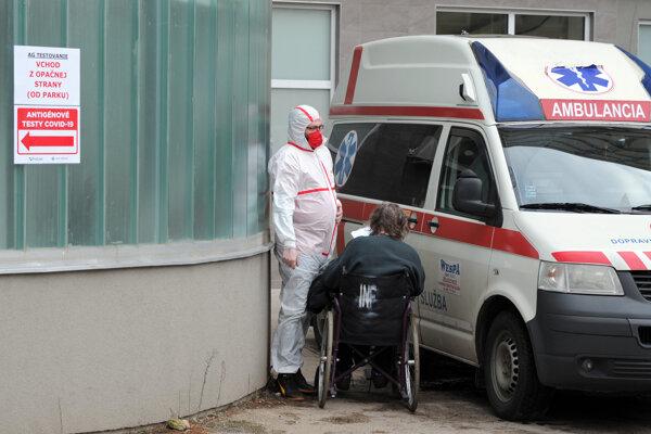Sanitka pred Nemocnicou Svet zdravia Galanta.