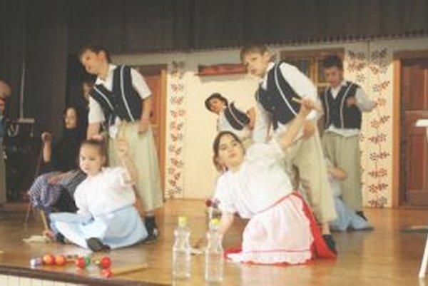 SuperTrieda je prehliadkou vlastných umeleckých hudobno-dramatických a filmových útvarov detí.