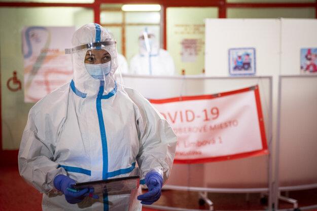 Bývalá tenistka Dominika Navara Cibulková v ochrannom obleku pomáha počas testovania na ochorenie COVID-19 na mobilnom odberovom mieste v Národnom ústave detských chorôb v Bratislave.