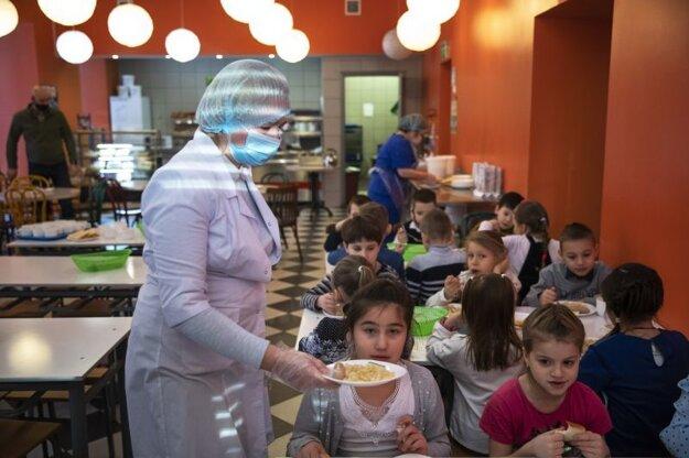 V Moskve sa deti vrátili do škôl.