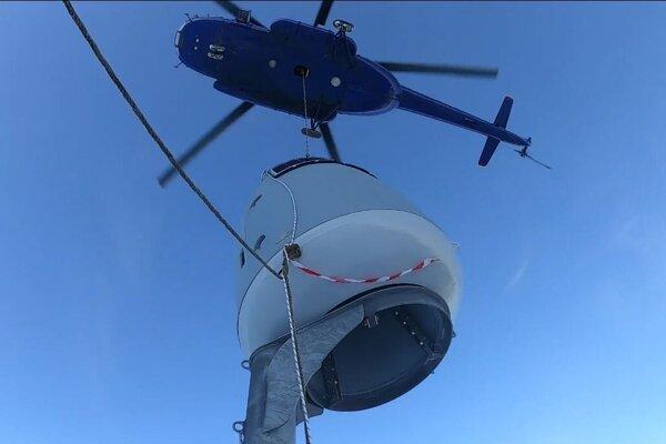 Zariadenie na odstrel lavín namontovali pomocou vrtuľníka.