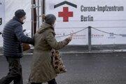 Berlínčania smerujú k vakcinačnému centru na štadión Eriky Hessovej.