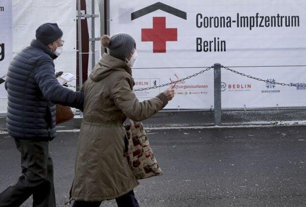 Berlínčania smerujú k vakcinačnému centru zriadenému na štadióne Eriky Hessovej.