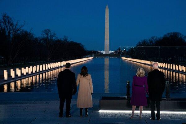 Joe Biden so svojou manželkou Jill a Kamala Harrisová s manželom Dougom Emhoffom si uctili pamiatku 400-tisíc obetí ochorenia Covid-19 v USA.