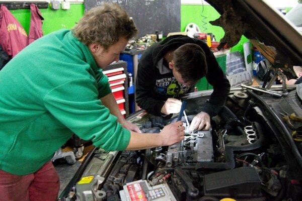 Škola ponúka množstvo benefitov. Okrem vlastnej autoškoly a autocvičiska, kde môžu žiaci získať za zaujímavých finančných podmienok vodičské oprávnenie skupiny B, majú  možnosť získať aj ďalšie certifikáty.