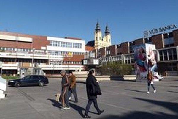 Bývalý dom kultúry Orbis stojí medzi Tescom a VÚB.