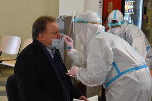 Rektor PU Peter Kónya na testovaní.