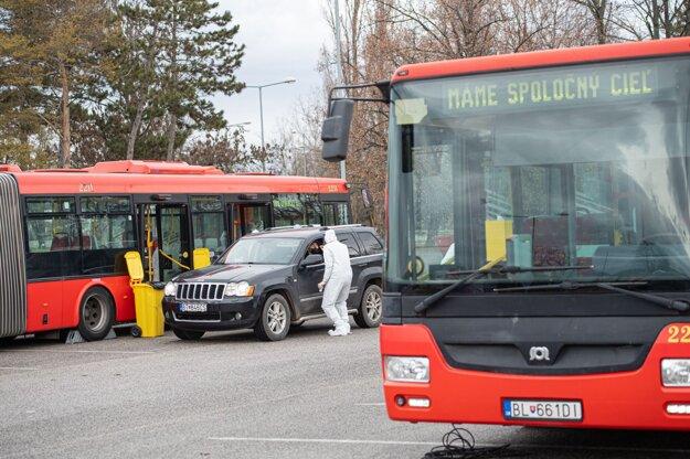 Dobrovoľníci  na testovacom mieste drive-through na bratislavskom letisku M. R. Štefánika.