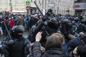 Polícia zasahuje na proteste v Moskve.