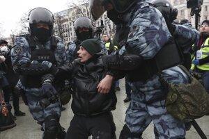 Policajti zatýkajú muža počas protestu proti väzneniu ruského opozičného lídra Alexeja Navaľného v Moskve.