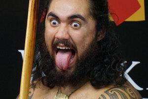 Tradičný maorský bojovník (predstavenie v skanzene pri meste Rotorua).