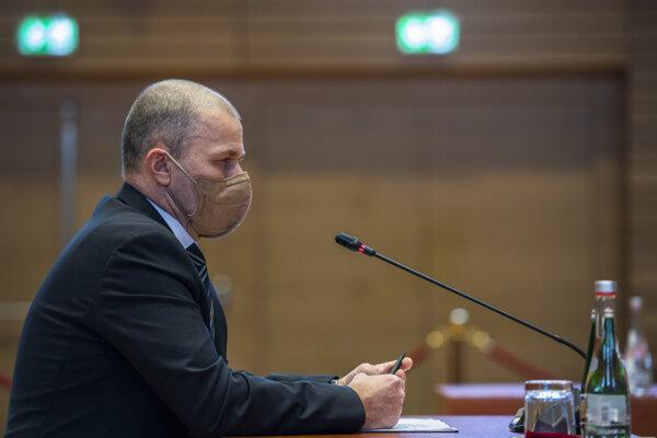 Dočasný šéf polície Peter Kovařík počas vypočúvania pred výborom.