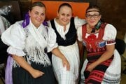 Na snímke so starostkou sú sólistka OĽUN - Slávka Horváthová Zápotočná (vľavo) a Lívia Kunáková - členka ženskej speváckej skupiny POVOJA z Bratislavy. Fotka je z koncertu Jubileum Miroslava Dudíka zo septembra 2020.