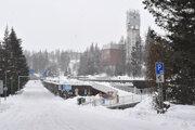 Centrálne parkovisko na Štrbskom Plese si obec Štrba prenajíma od eseročky Mesta Vysoké Tatry. Návštevník tam zaplatí menej ako napríklad v Tatranskej Lomnici či v Starom Smokovci.