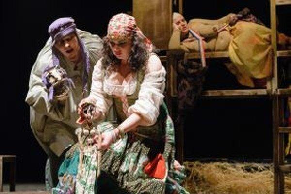 V popredí Katarína Petrusová ako Esmeralda a Radovan Hudec ako Quasimodo.