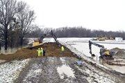 Sanačné práce na hrádzi na rieke Laborec.