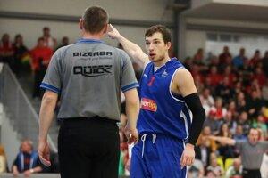 Hráč Nitry Smajlagič diskutuje s rozhodcom Ženišom, vpravu vzadu arbiter Turčin. Zo šiesteho zápasu štvrťfinále Komárno - Nitra (67:63).