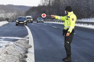 Polícia kontroluje dodržiavanie opatrení aj na Zelenom dvore v Košiciach.