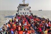 Rohingovia na lodi smerujúcej na opustený ostrov z bangladéšskeho prístavu Chittagong v Bengálskom zálive.