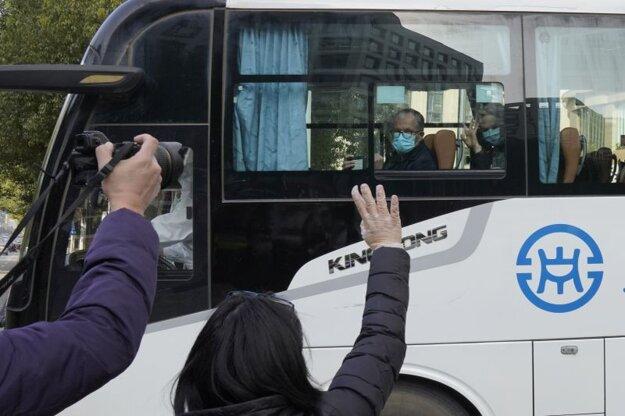 Autobus preváža odborníkov zo Svetovej zdravotníckej organizácie cez mesto Wu-chan.