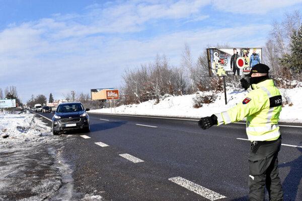 Kontrola dodržiavania opatrení na cestách.