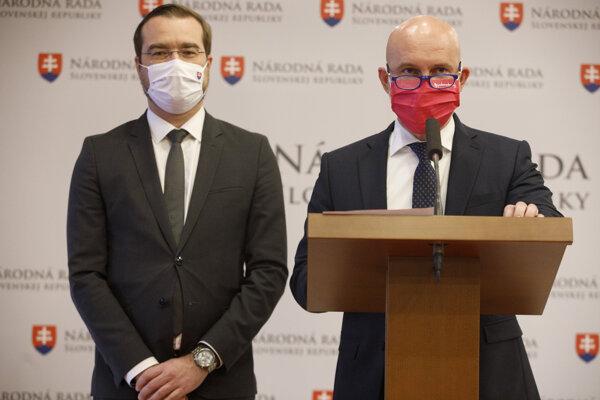 Minister školstva Branislav Gröhling (vpravo) a minister zdravotníctva Marek Krajčí na štvrtkovej tlačovej konferencii.