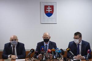 Prokurátori Úradu špeciálnej prokuratóry zľava Ondrej Repa, Peter Kysel a Michal Šúrek.