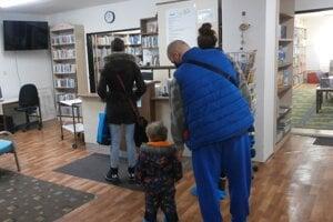 Ľudia prišli hneď v prvý deň po otvorení knižníc. Nazbierali sa ich stovky.