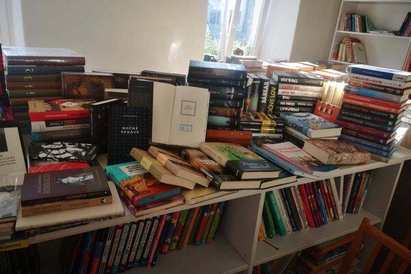 Nové publikácie sú rôznych žánrov, vrátane kníh z povinného čítania.